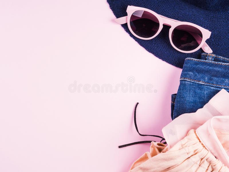 Квартира моды пинка кладет с одеждами девушки стоковая фотография