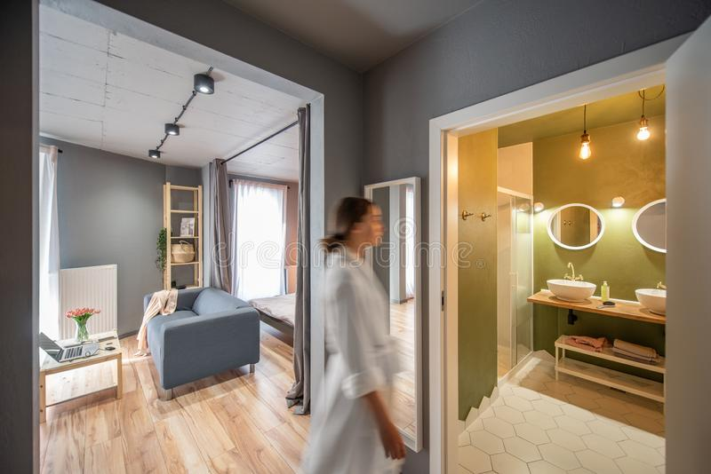 Квартира просторной квартиры с идти женщины стоковые изображения