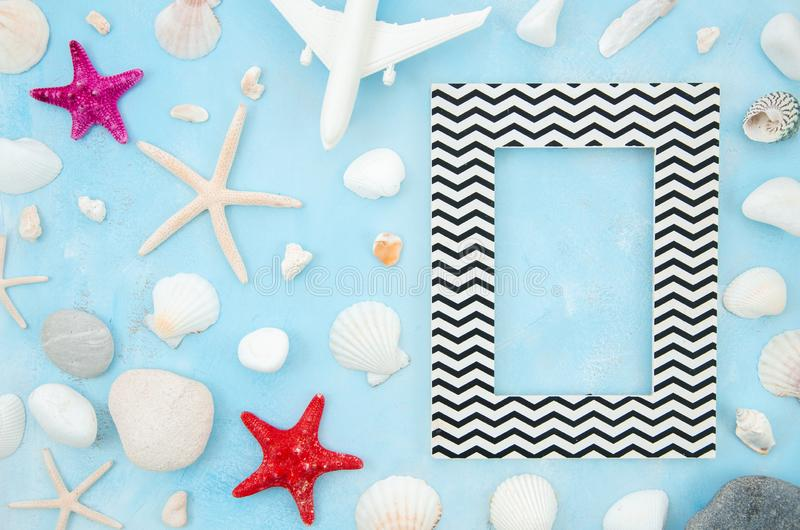 Квартира рамки каникул моря лета кладет с морские звёзды и seashells Модель-макет взгляда сверху с космосом экземпляра для текста стоковое фото rf