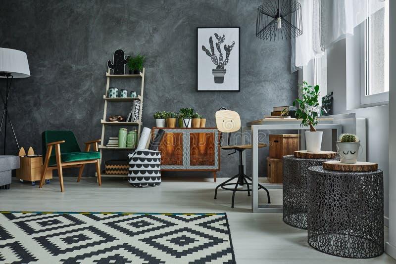 Квартира с дизайнерской мебелью стоковое изображение