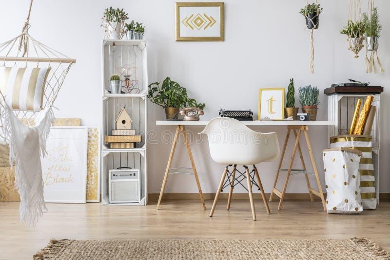 Квартира с столом и стулом стоковая фотография rf