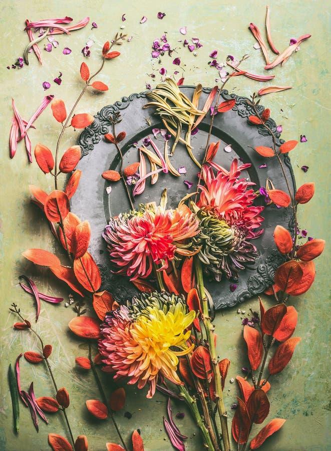 Квартира цветков и листьев осени кладет составлять, взгляд сверху Натюрморт падения флористический с плитой стоковые фото