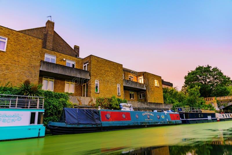 Квартиры берега реки с шлюпками дома стоковое фото rf