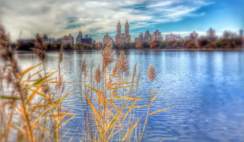 Квартиры Дакоты как увиденный от резервуара Жаклин Кеннеди Onassis - НЬЮ-ЙОРКА - NYC стоковое изображение rf