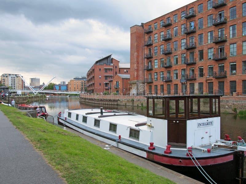 Квартиры, пришвартованные на подъездах к каналу Ливерпуль, в которых иРстоковое фото