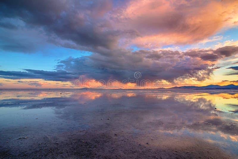 Квартиры соли Bonneville отражения на заходе солнца стоковая фотография rf