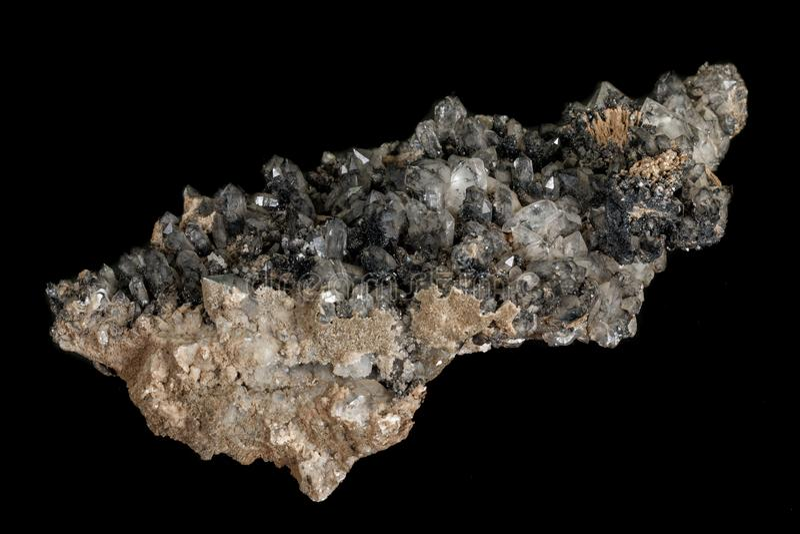 Кварц камня макроса минеральный с ilvayit на черной предпосылке стоковые изображения