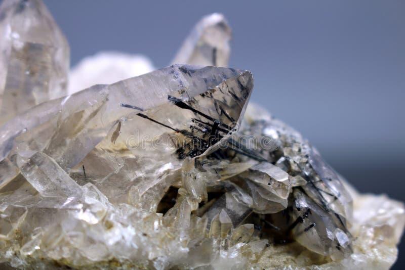 Кварц с образцом минерала включения рутила стоковая фотография rf
