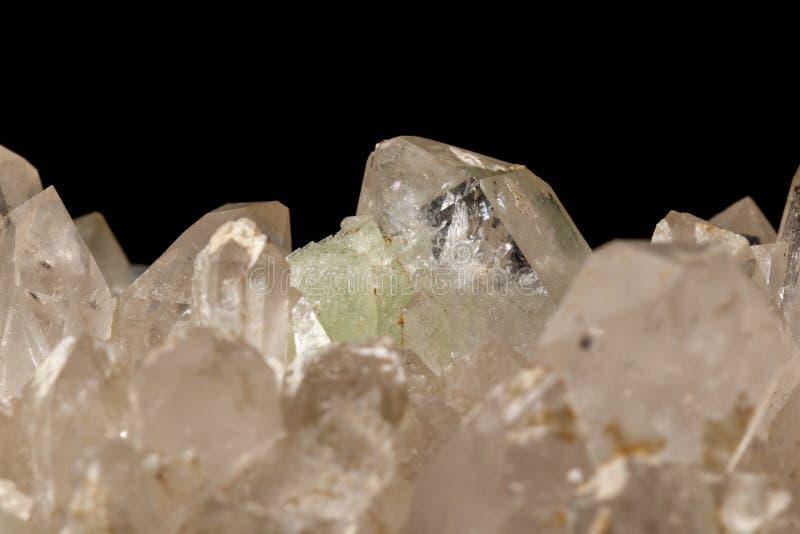Кварц Prehnite камня макроса минеральный на черной предпосылке стоковые изображения
