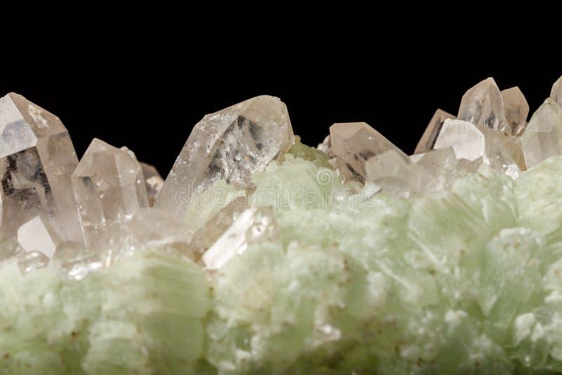 Кварц Prehnite камня макроса минеральный на черной предпосылке стоковое фото rf