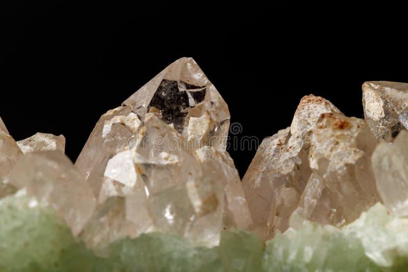 Кварц Prehnite камня макроса минеральный на черной предпосылке стоковая фотография