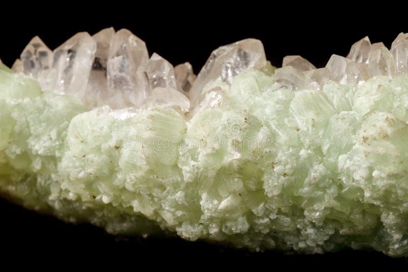 Кварц Prehnite камня макроса минеральный на черной предпосылке стоковая фотография rf