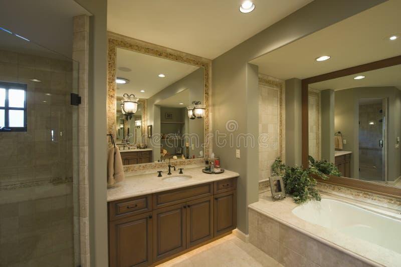 Квадратное зеркало на Washbasin ванной в ванной комнате стоковые изображения