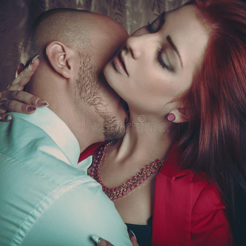 Квадратное фото чувственных пар в влюбленности стоковые фото