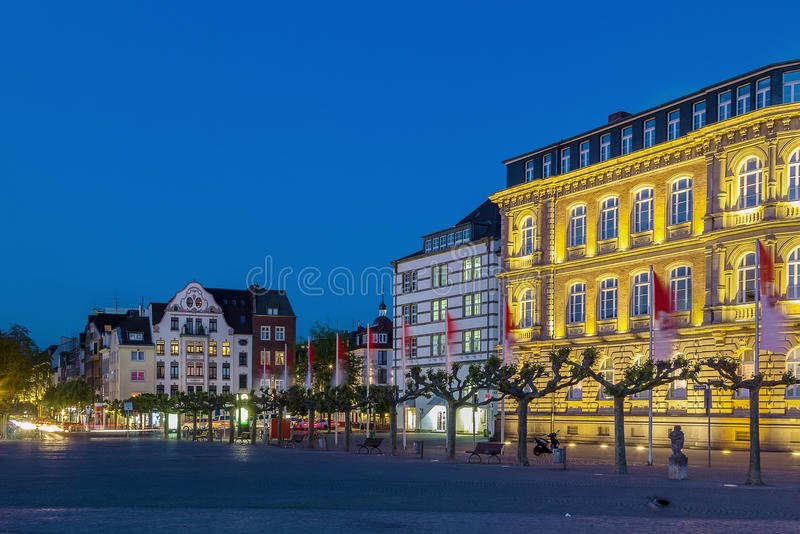 Квадратное Burgplatz в вечере, Дюссельдорф, Германия стоковые изображения rf