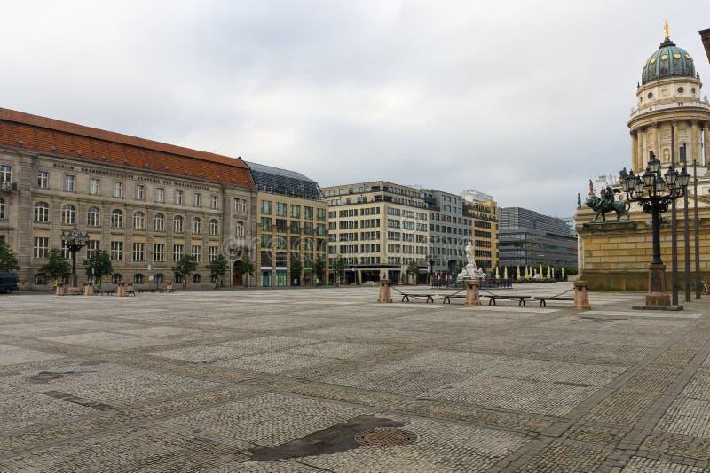Квадратное Gendarmenmarkt и немецкий собор над красивейшими облаками птиц цветы раньше летают море подъемов отражения природы утр стоковые фотографии rf