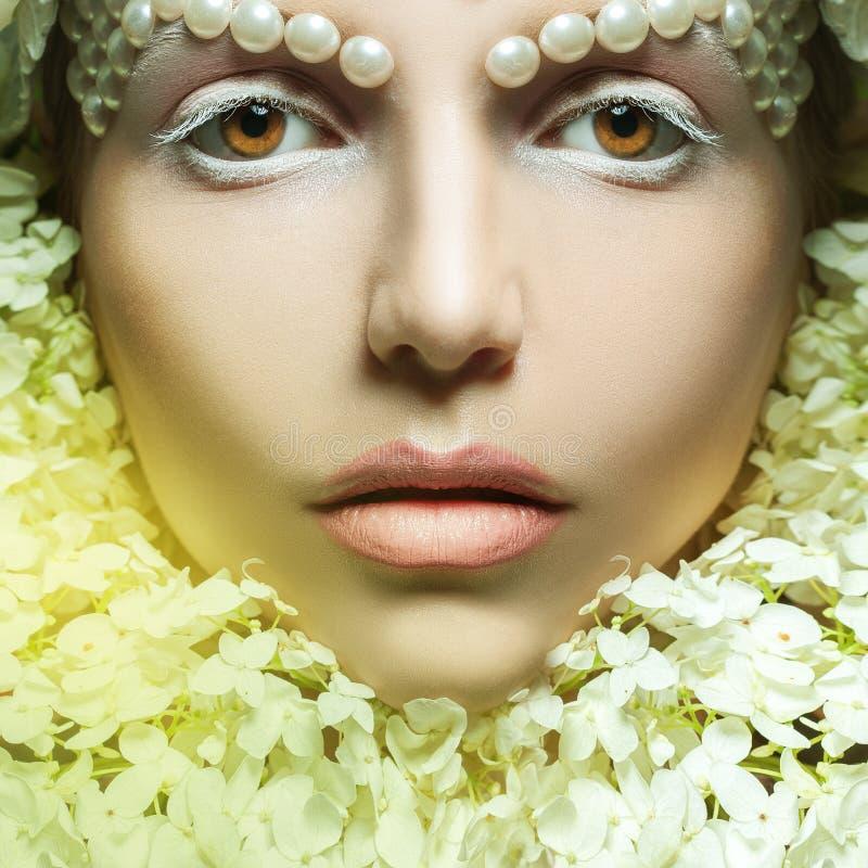 Квадратный портрет симпатичной молодой женщины с нежными составом и flo стоковое фото rf