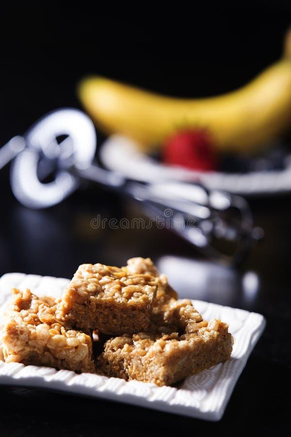 Квадраты зефира Yummy, арахисового масла с загонщиком яичка и плодоовощ стоковое фото rf