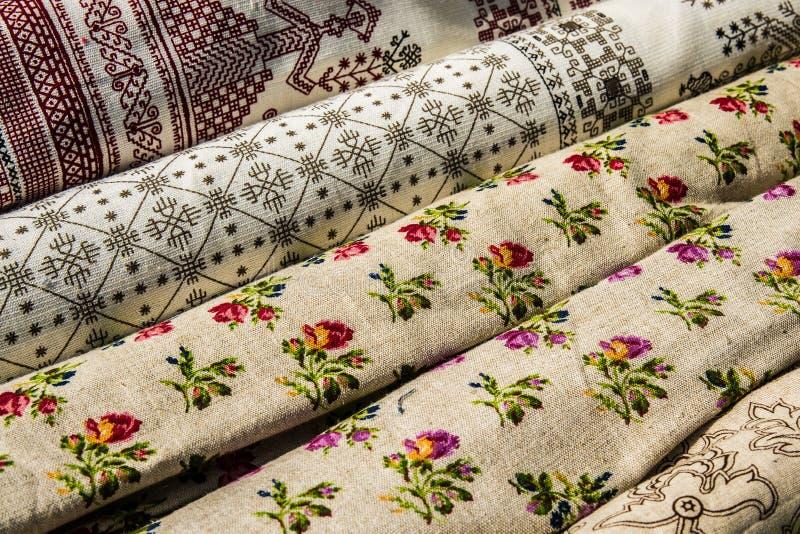 Квадраты покрашенной орнаментальной ткани стоковые фотографии rf