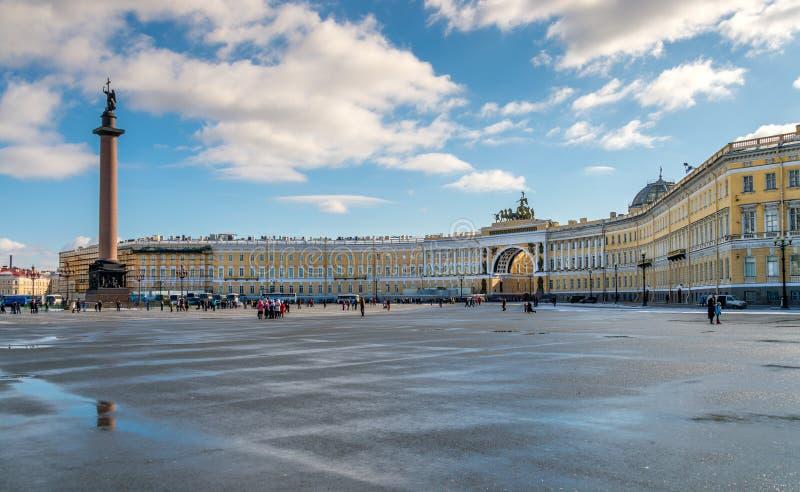 Квадрат дворца с столбцом Александра стоковое фото rf
