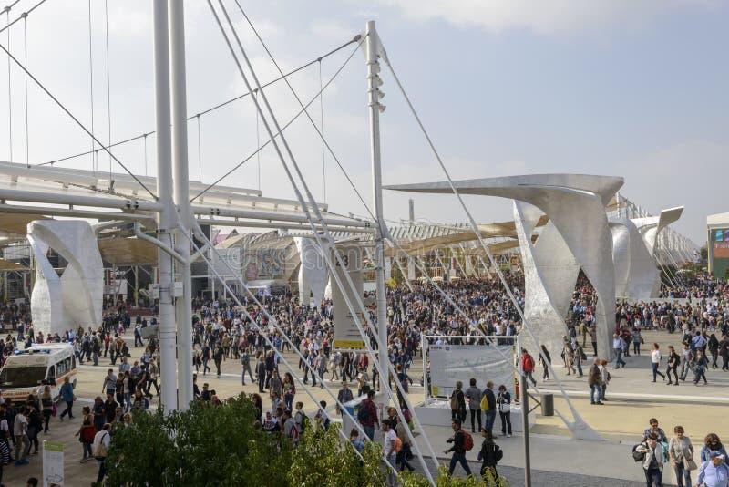 Квадрат Италии толпился с посетителями, миланом 2015 ЭКСПО стоковое фото rf