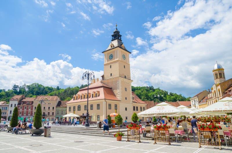 Квадрат и дом совету Brasov с террасами и туристами стоковые изображения rf