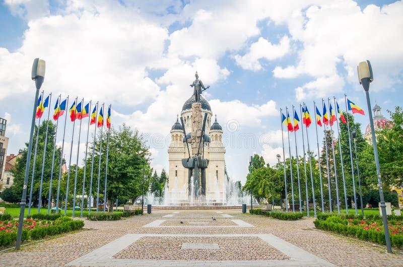 Квадрат и статуя Avram Iancu с правоверным собором в Cluj Napoca Румынии стоковые фото