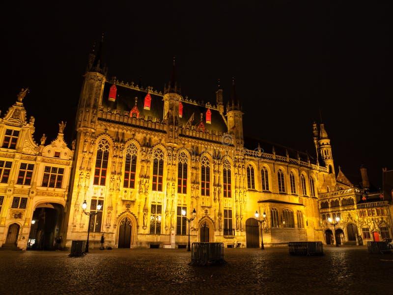 Квадрат Burg с здание муниципалитетом в Брюгге к ноча стоковая фотография rf