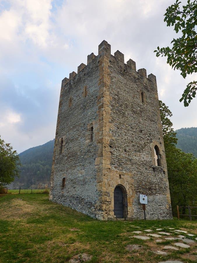 Квадрат Oulx средневековый crenellated вызванное башней ` ` Delfinale ` или Saracena ` стоковое изображение rf