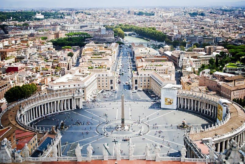 Квадрат St Peters от положения Ватикана, в Риме, внутри  стоковое изображение