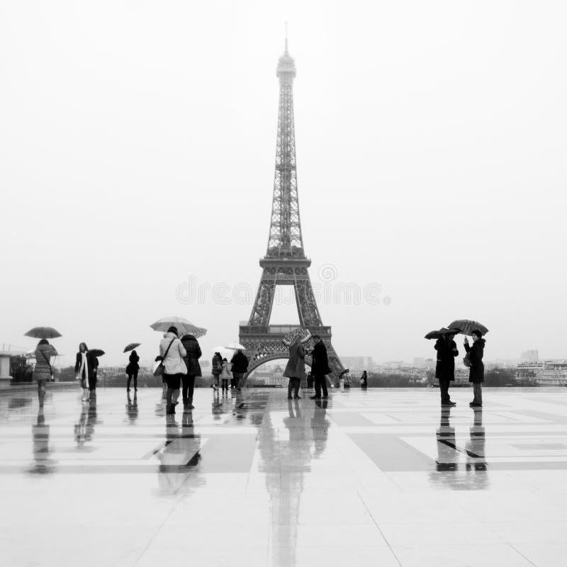 Квадрат Trocadero дождливого дня с предпосылкой Эйфелевой башни стоковые изображения