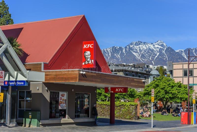 КВЕТСТУН, НОВАЯ ЗЕЛАНДА - 10 ОКТЯБРЯ 2018 ГОДА: Ресторан KFC на фоне горного ландшафта Копировать пространство для текста стоковое фото
