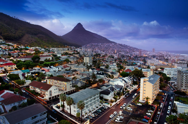Кейптаун на ноче (Южно-Африканская РеспублЍ) стоковое изображение rf