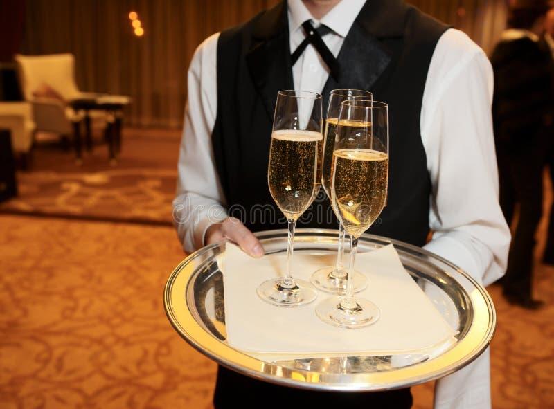 кельнер мужчины каннелюр шампанского стоковые изображения