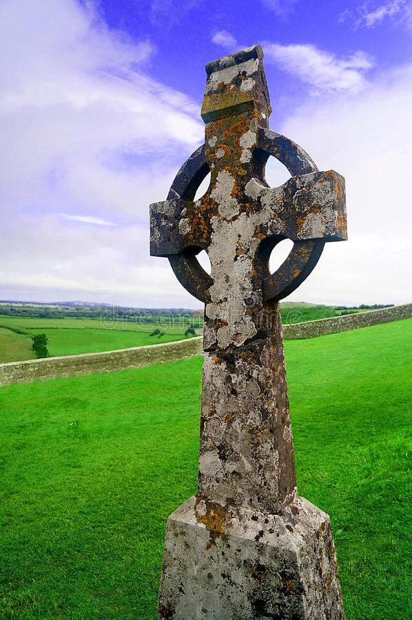 Кельтский крест с голубым небом стоковая фотография