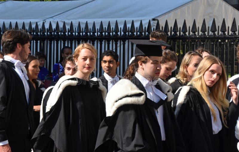 Кембридж Великобритания, 27-ое июня 2018: Студенты университета ждать для того чтобы пойти внутри стоковая фотография rf