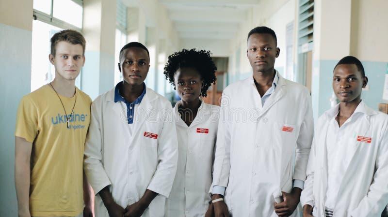 КЕНИЯ, KISUMU - 20-ОЕ МАЯ 2017: Молодые красивые люди, женщины и человек в белой мантии в африканской больнице стоковая фотография