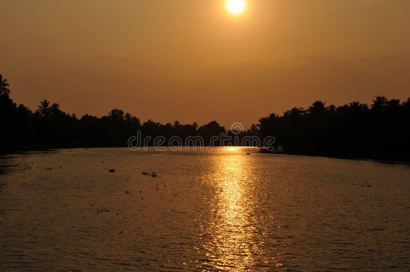 Керала: Круиз подпора захода солнца вокруг Alleppy стоковое изображение