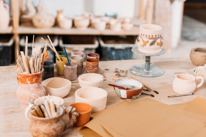 керамика и краски на деревянном столе стоковое изображение rf