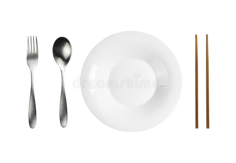 Керамическая белая пластина и ложка вилка нержавеющая и деревянные палочки изолированный объект с обтравочным контуром стоковые изображения rf