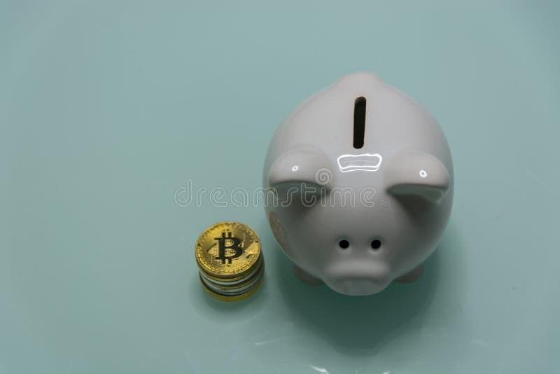 Керамическая копилка с кучей секретных монеток currrency стоковая фотография
