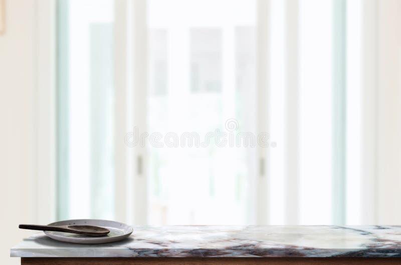 Керамическая плита с деревянной ложкой на мраморной столешнице стоковая фотография rf
