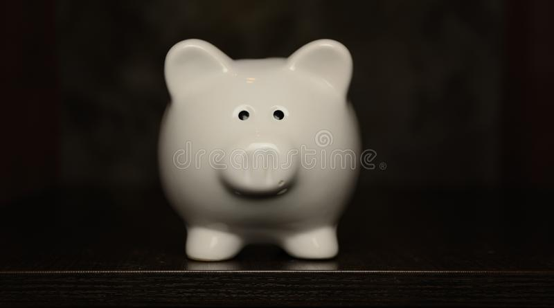 Керамическая стойка копилки на темной предпосылке стоковые фотографии rf