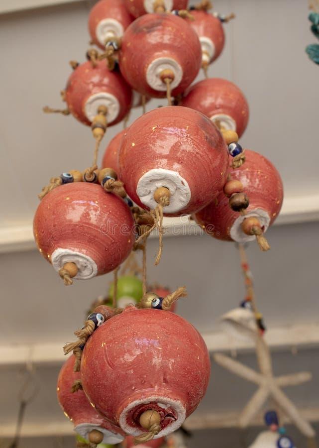 Керамическая сфера в коричневом цвете Керамическая сфера в шариках веревочки и дурного глаза o Принятый внутри магазина стоковое изображение