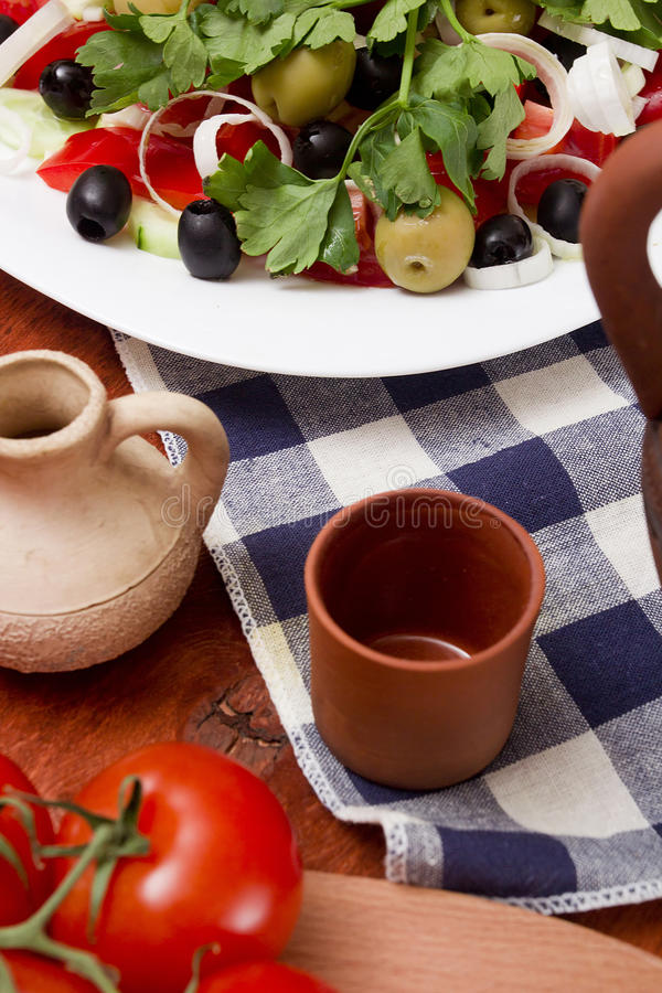 Керамическая чашка и греческий салат стоковая фотография