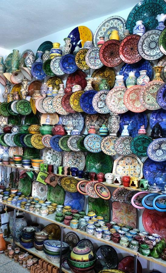 Керамические блюда и другие керамические продукты сделанные морокканскими мастерами вручную стоковые изображения