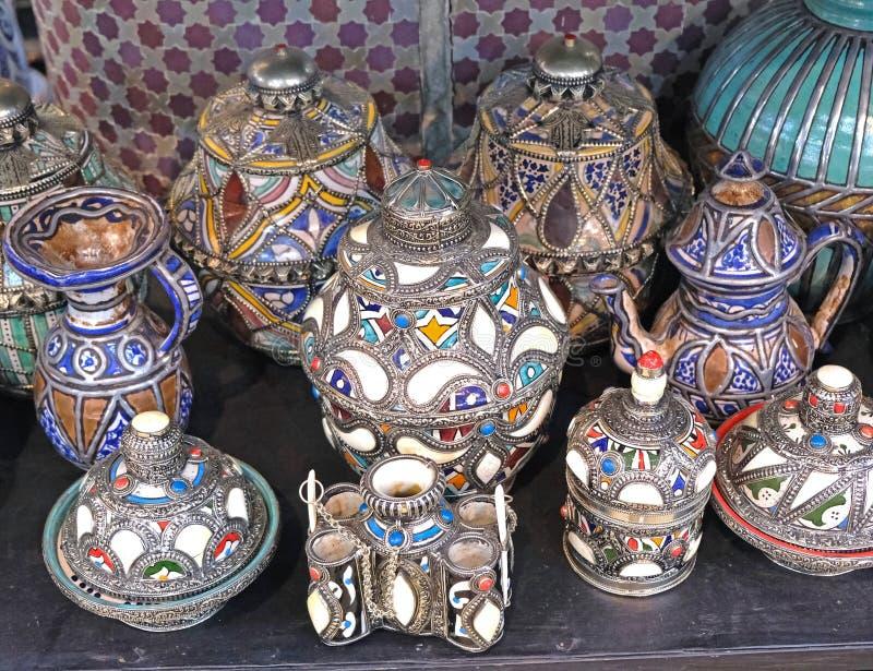 Керамические блюда и другие керамические продукты сделанные морокканскими мастерами вручную стоковая фотография rf