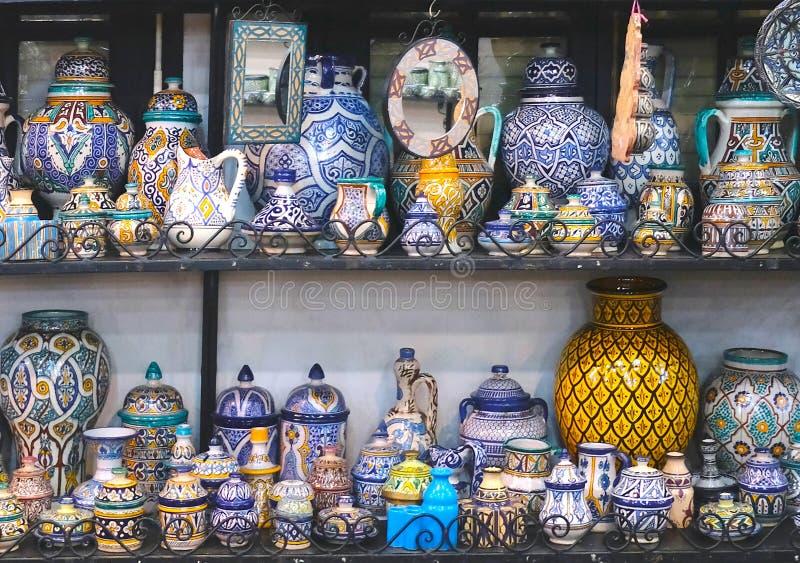 Керамические блюда и другие керамические продукты сделанные морокканскими мастерами вручную стоковое фото