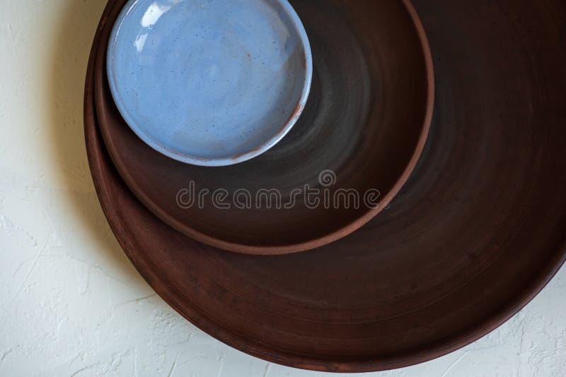 Керамические блюда на белой предпосылке, взгляде сверху стоковые фотографии rf