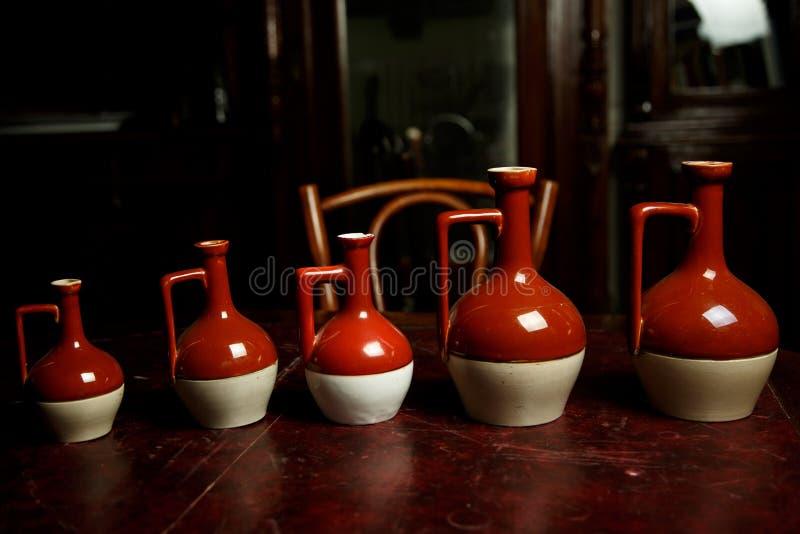 Керамические красный цвет и белизна tableware стоковые изображения